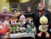 قصة كفاح أم بورسعيدية استمرت 40 عاما مع المشغولات اليدوية بصحبة أولادها.. فيديو وصور