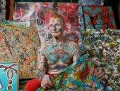 العمر طاقة.. مسن روسى يقتل الوقت بالوشم والفن التشكيلى وحب الحيوانات