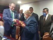سفير بيلاروسيا يوقع بروتوكول تعاون مع الغرفة التجارية بالبحيرة.. صور