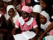 لا تخجل من زي الأطفال.. نيجيرية تلتحق بالمدرسة في سن الخمسين.. ألبوم صور
