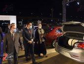 رئيس الوزراء يسلم سيارات بالدفعة الأولى للمستفيدين من مبادرة إحلال السيارات