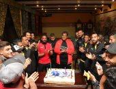 لاعبو أسوان يحتفلون بعيد ميلاد علاء عبد العال قبل مباراة إنبي