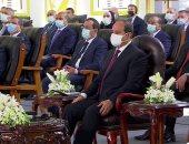 الرئيس السيسى يتسلم هدية تذكارية من كوادر مجمع الإصدارات المؤمنة والذكية