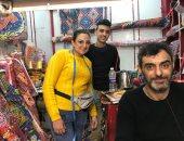 """مشهد فى مصر بس.. قبطى يبيع فوانيس وزينة رمضان احتفالا بالشهر الكريم """"فيديو"""""""
