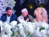 محمد أبو جبل يقبل يد ورأس زوجته سمارة بعد عقد قرانهما.. صور وفيديو