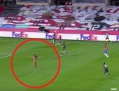 """غرناطة ضد مان يونايتد.. شخص يقتحم المباراة عاريا """"صور"""""""
