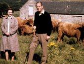 القصر الملكى يكشف عن صورة نادرة للأمير فيليب مع الملكة إليزابيث