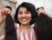 صاحبة أطول شعر بالعالم تقصه وتقسمه بين الجمعيات الخيرية والمتحف.. صور وفيديو