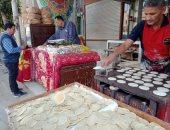 34 سنة قطايف وسمبوسة وكنافة.. الحاج عادل أقدم صانع لحلويات رمضان بالقليوبية.. فيديو