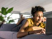 5 مخاطر صحية للعمل على الأريكة بعد جائحة كورونا