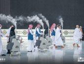 تعقيم صحن المطاف بالكعبة المشرفة قبل صلاة مغرب خامس أيام رمضان.. صور