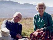 صورة عمرها 18 عاما تجمع الملكة إليزابيث والأمير فيليب على قمة اسكتلندية