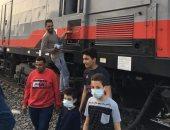 أهالى الدلجمون بالغربية يوزعون مياه ووجبات على ركاب قطار الإسكندرية المتعطل