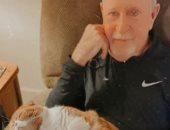 قطة وفية ترافق مريض سرطان لرعايته.. صور