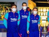 ميسي وزملاؤه يزورون متحف برشلونة برفقة كومان لوضع كأس إسبانيا الجديد.. صور