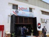 خلية نحل من نزلاء سجن المرج يعملون بملابسهم الزرقاء في مصنع حلاوة..صور