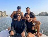 """""""القاهرة ونيلها"""".. عمرو دياب وأصدقاؤه × صورة من رحلة نيلية على يخت"""
