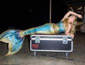 كاتي بيري تكشف كواليس تحولها إلى حورية بحر فى إحدى جلسات التصوير.. صور