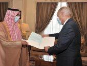 السفير عبدالرحمن الجمعة يقدم أوراق اعتماده للأمين العام للجامعة العربية مندوبا جديدا للسعودية