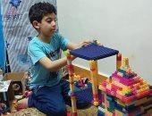 المهندس الصغير.. جورج تغلب على تأخره فى الكلام بتصميم مجسمات من المكعبات