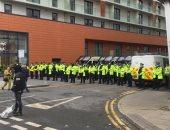 مان يونايتد ضد ليفربول.. اشتباكات خارج فندق اللاعبين بين الشرطة والجماهير