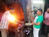 رجال فى مواجهة النار.. شاهد حكاية شهاب أشهر الحدادين فى نهار رمضان.. لايف وصور