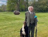 رئيس أيرلندا يتعرض لموقف طريف من كلبه أثناء لقاء تليفزيونى.. فيديو