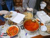 """وجبات الخير .. شباب """"روض الفرج"""" في خدمة المحتاجين خلال شهر رمضان"""