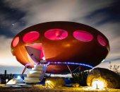 بيت المستقبل.. عطلة استثنائية فى صحراء كاليفورنيا داخل طبق طائر (ألبوم صور)