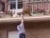 على طريقة سبايدر مان.. شاب ينقذ عجوز قبل سقوطها من شرفة منزلها بثوان.. فيديو