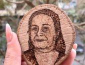 مونيكا تبدع فى رسم البورتريهات على جذوع الشجر.. حفر الاسم بقى موضة قديمة