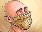 كاريكاتير صحيفة كويتية .. مواجهة فيروس كورونا بقلاع الكمامة
