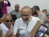 الأهالى يستقبلون أشرف السعد عقب وصوله لقريته بالدقهلية.. فيديو