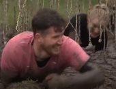 هولندا تنظم مسابقة للزحف فى الوحل لاختبار الحصانة ضد عدوى كورونا.. فيديو وصور