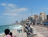 ارتفاع فى درجات الحرارة.. ومواطنون يهربون من الحر بالجلوس على كورنيش الإسكندرية