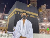 """من أمام الكعبة المشرفة.. أحمد حجازى يؤدى مناسك العمرة """"صور"""""""