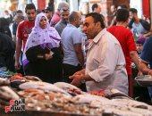 إقبال على سوق الأسماك بالمنيب فى آخر أيام رمضان.. ألبوم صور