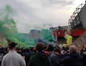 مان يونايتد ضد ليفربول.. الجماهير تحتشد خارج أولد ترافورد وتهدد باقتحام الملعب