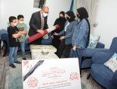 رئيس جامعة أسيوط يسلم أسر شهداء الأطقم الطبية هدايا مقدمة من الرئيس السيسى