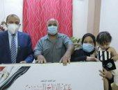 رئيس جامعة بنى سويف يسلم هدية الرئيس السيسى لأسرة ريهام شهيدة القطاع الطبى