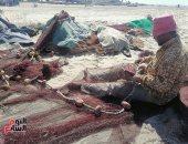 صيادو بورسعيد يستمتعون بالعمل فى غزل الشباك بثاني أيام عيد الفطر.. لايف وصور