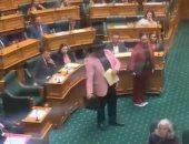 """نائب يرقص """"هاكا"""" في البرلمان النيوزيلندي ويُطرد لإهانته الأعضاء.. فيديو"""