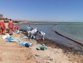 البيئة: استمرار إحتواء التلوث الزيتى بأحد شواطئ الغردقة ومسح بحرى للمنطقة