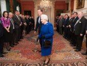 مكافآت لكلابها وكاميرا .. الكشف عن أسرار محتويات حقيبة يد الملكة إليزابيث