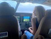 هنا الزاهد توضح صورة جلوسها بجانب قائد الطائرة فى تنزانيا
