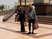يسرا وميرفت أمين وإيناس الدغيدى يصلن مسجد المشير لتشييع جثمان سمير غانم