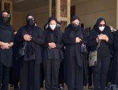 انهيار دنيا وإيمى سمير غانم أثناء أداء صلاة الجنازة على والدهما.. صور وفيديو