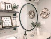 ديكور حمام.. الأرفف الخشبية لاستغلال المساحات الصغيرة وحمل الأغراض