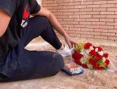 """ابن الراحلة نادية العراقية يحيى ذكرى ميلادها بـ""""ورد وسوشى"""" فى قبرها..فيديو وصور"""