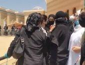 مع السلامة يا حبيبى.. شقيقة أحمد بهجت تودعه بالبكاء بعد صلاة الجنازة بمسجد المشير